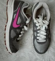 Nike futócipő szürke színben