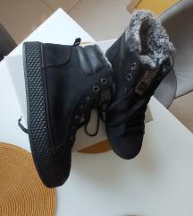 Új, bélelt magasszárú cipő