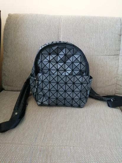 Különleges textúrájú hátizsák