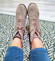 Világosszürke velúr magasszárú cipő