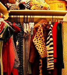 Rengeteg ruha, cipő, táska, ajándék