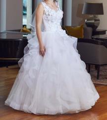 Fodros, virágos menyasszonyi ruha