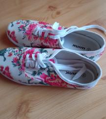 Virágmintás vászoncipő 40