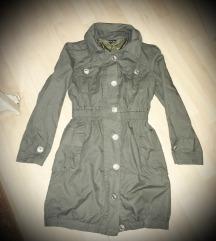 Khaki színű, zsebes, gombos átmeneti kabát