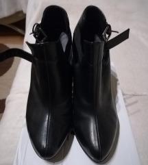 Fekete csatos magassarkú cipő