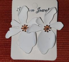 Fehér virágos divatos fülbevaló