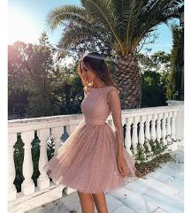 A vonalú, térdig érő rózsaszín ruha