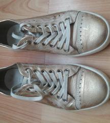 36-os arany cipő