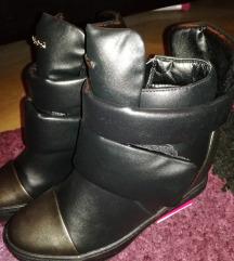 Magasított utcai sportos fekete cipő új