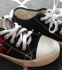 Kézzel hímzett tornacipő