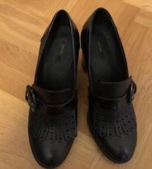 Fekete bőr magassarkú cipő