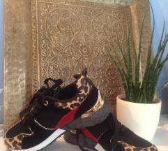 Új fekete-leopárdmintás cipő