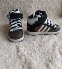 21-es Adidas babacipő
