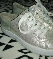 Csillogós ezüst cipő
