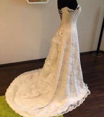 Uszályos esküvői ruha