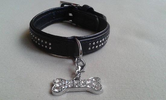Strasszos fekete bőr kutya nyakörv csont medállal