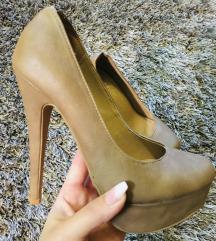 Púderszínű magassarkú cipő
