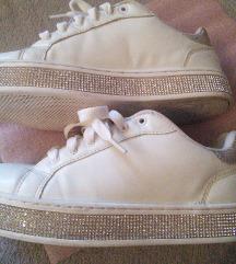 Fehér csillogós cipő