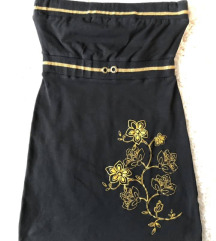 Fekete ruha arany kiegészítéssel és mintával