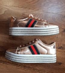 Magasított talpú arany cipő