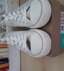 Fehér, fényes tornacipő