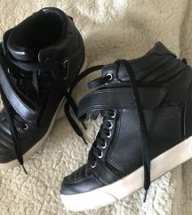 Bershka magasitott talpú cipő