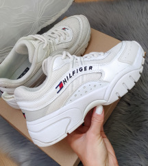 Hilfiger cipő dobozával