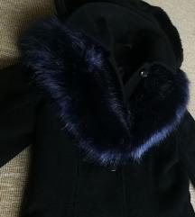 Fekete kabát levehető kapucnival és szőrmével