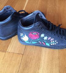 Fekete tornacipő hímzéssel