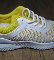 Sárga sportcipő