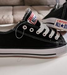 39-es méretű fekete Converse tornacipő
