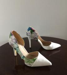 Virágos fehér alkalmi cipő