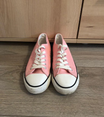 Újszerű 39-es tornacipő eladó