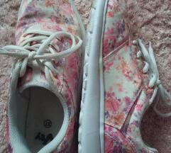 Virágos sportcipő