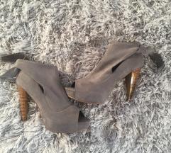 Szürke magassarkú cipő