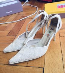 Fehér gyöngyös cipő