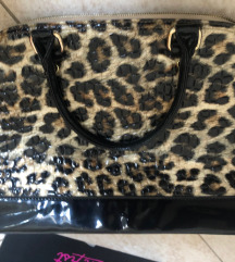 Nagyobb méretű táska eladó.