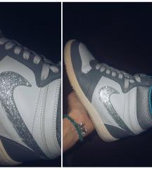 Csillogó Nike cipő