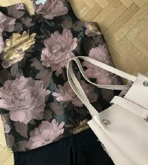 Virágos blúz és sötétkék nadrág (40)