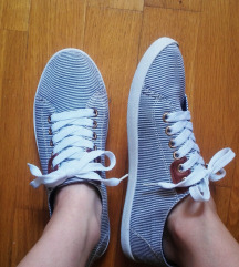 Csíkos cipő