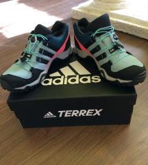 Adidas túracipő