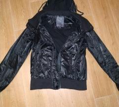 Fekete fényes anyagú kabát