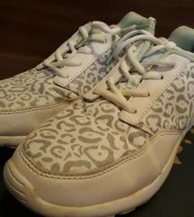 Fehér-mintás zártcipő