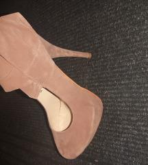 Bézs tűsarkú cipő