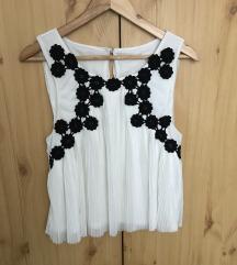 Fehér plisszírozott blúz fekete virágokkal