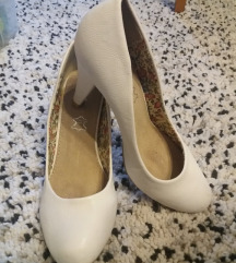 Fehér magassarkú cipő