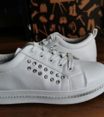 Fehér köves cipő