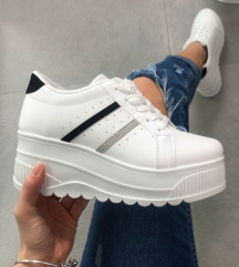 Magasított talpú cipő