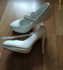 Fehér színű magassarkú cipő