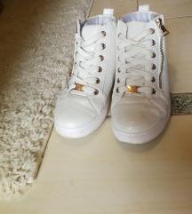 Fehér gyöngyházas cipő